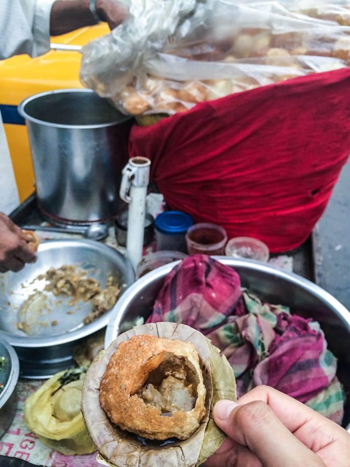 1) 竹笙咖哩小球,Kolkata 常見的街邊小食,我很喜歡這個XDDD 不要想像著,他拿竹笙球的左手是抹過無數次屁股的萬惡之手......