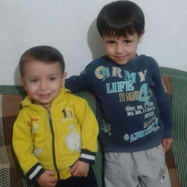 三歲的 Aylan(左)與五歲的哥哥 Galip(右)來源:土耳其 Daily Sabah