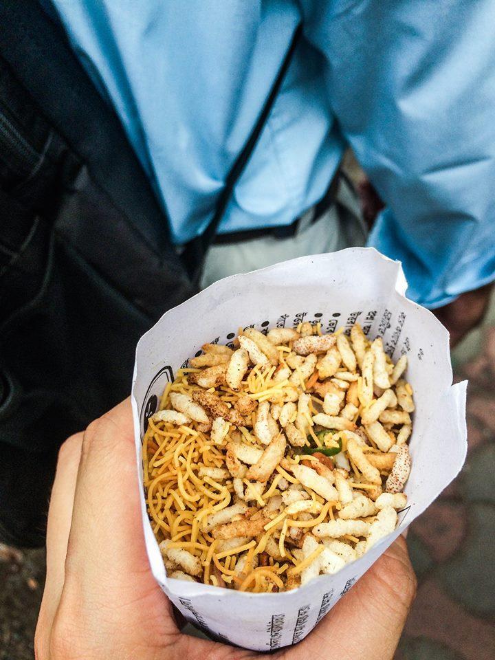 3) 用報紙包著,外型有點像蟲蟲的小食,味道像是「媽咪麵」