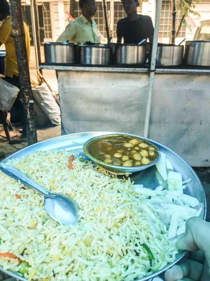 4) 正宗印度咖哩!很辣,但很好吃!聽聞是澱粉質成分很高的鷹嘴豆。而印度的米都是長長幼幼的~當時幾個檔口裡坐下的,只有我倆是唯一個外國人,甚至是唯一的女性......