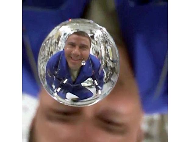 照片中太空人 Reid Wiseman 正在表演水粒子懸浮空中,與魚眼鏡頭結合自娛。