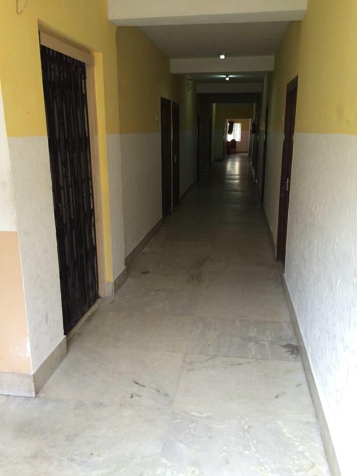 全條走廊的燈光很暗⋯⋯