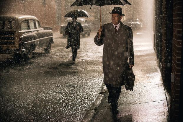 在電影中由湯漢斯飾演的 James Donovan,先是為蘇聯間諜辯護,繼而代表美國與蘇聯談判交換機師人質。