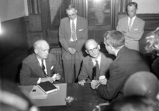 1957 年,Donovan(坐下,左)在布魯克林聯邦法院代表 Abel(坐下,右)應訊。