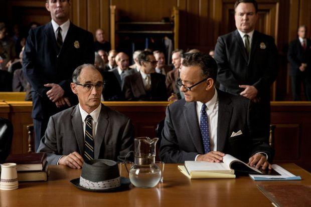 Mark Rylance 與 Tom Hanks,在電影中分別飾演 Rudolf Abel 和 James Donovan。