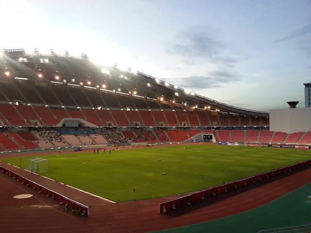 天公造美,雨下了老半天,到下午突然放晴,像是希望讓熱情的泰國球迷不要失望。