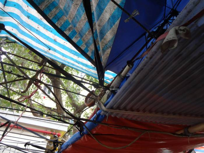 棚仔遮蓋物由檔主自行搭建而成。