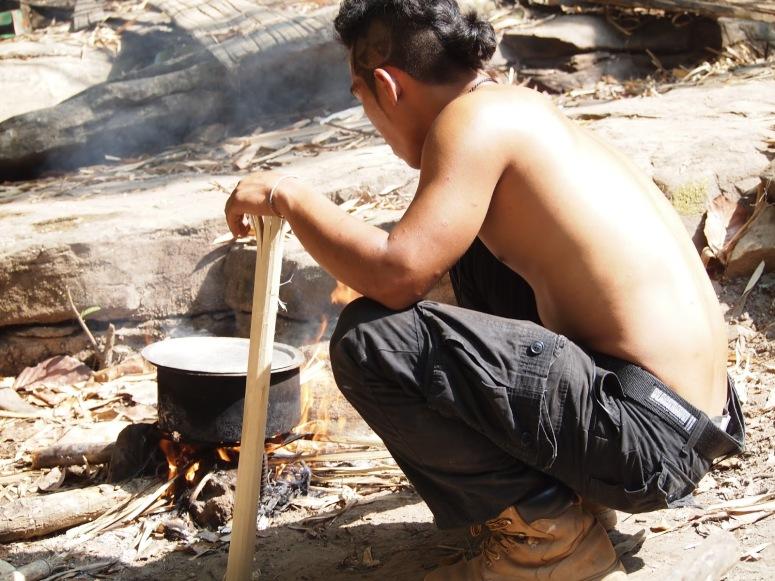 泰國人的鄰里互助意識強烈,年青的導遊 Nid午餐時也會在餐廳幫忙炊事。