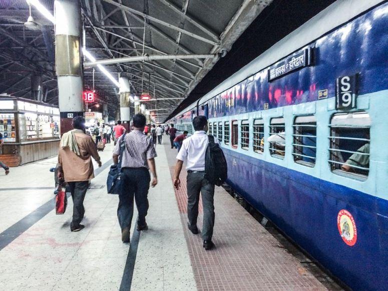 Kolkata火車站,超級多人!!!其實每個火車站都多人⋯⋯