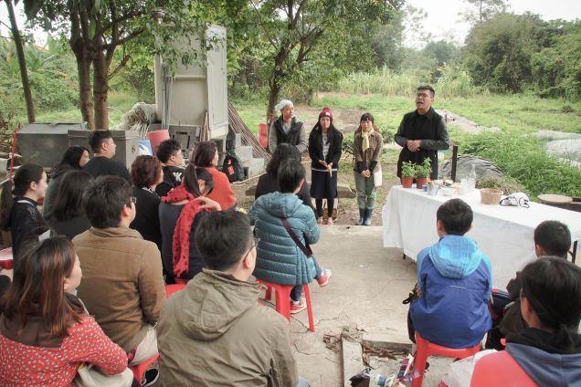 《田中芳樹》在農田間演出。