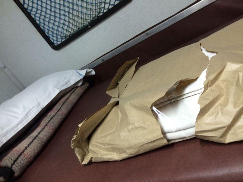 每個 AC 床位都配備枕頭、床單和被舖~