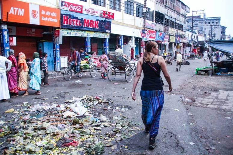 不僅牛糞多,連垃圾都很多⋯⋯ 所以很多旅人對Varanasi的評價: 又臭,又亂,又多牛 不過卻是個很精彩的地方=〕 是一個令我想多留幾天的地方~