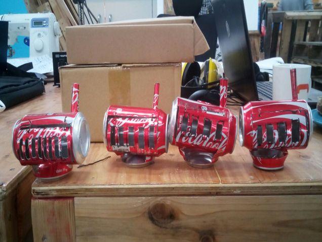 「街友守望」成員以汽水罐製作小型暖爐,送贈「街友」。(相片來源:「街友守望計劃 beta」Facebook 專頁)