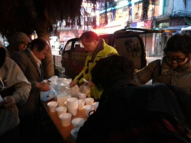 SSAC 義工於街頭向露宿者派發熱食。(相片來源:「露宿者行動委員會」Facebook 專頁)