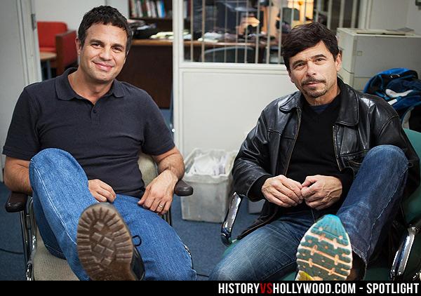 記者 Michael Rezendes(右)與飾演他的 Mark Ruffalo(左)合照。