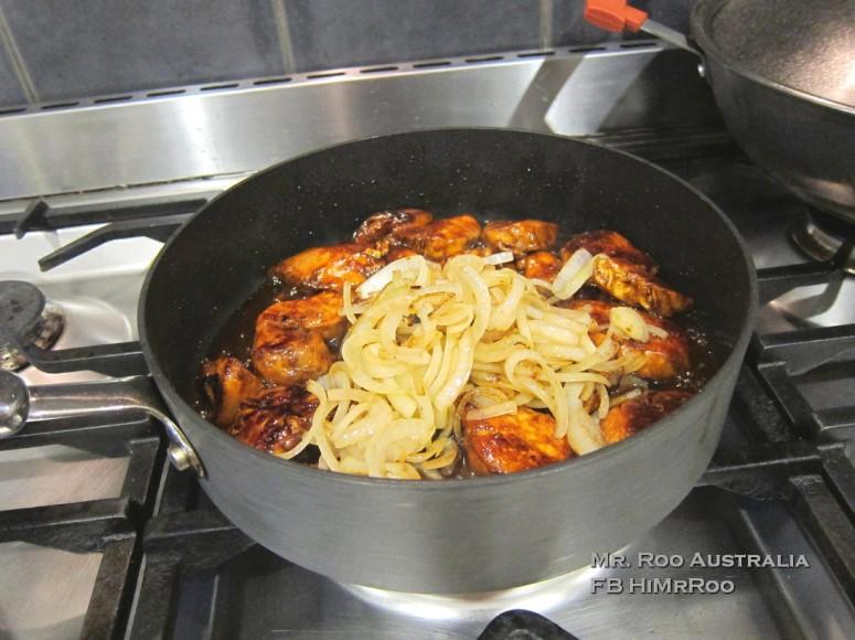 3. 落雞,炒熟,再落番洋葱