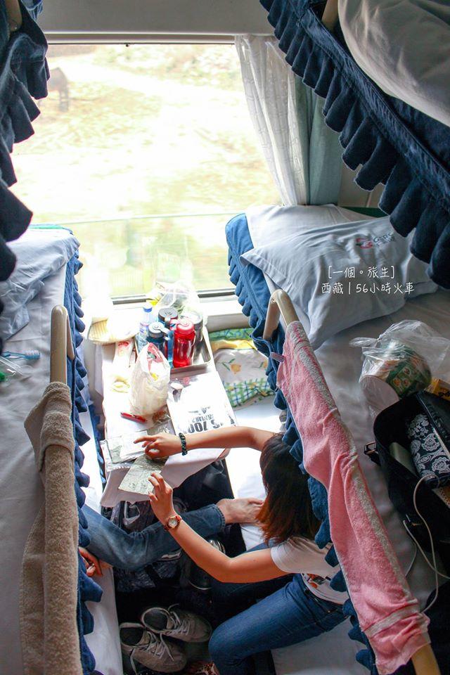 硬臥車廂,六張床(上、中、下),如果你長得高的(17x cm如旅生),強烈建議買下舖,因為其他舖是不能坐直,要卷著身子坐⋯⋯