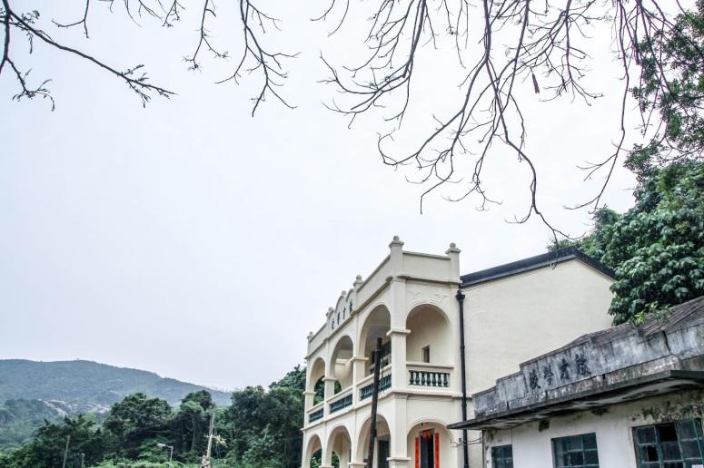 這裡還有一所學校,在旁的(右下角)是舊校